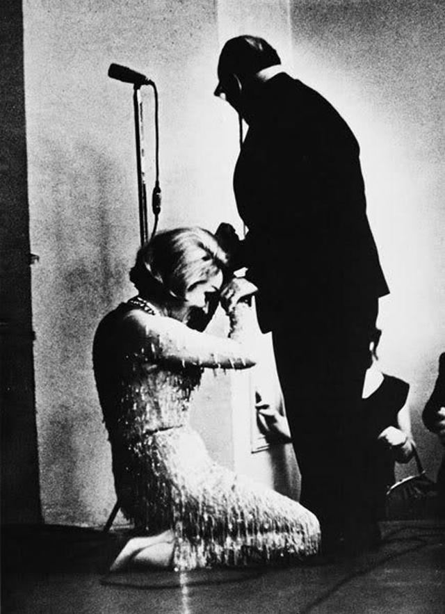 Марлен Дитрих на коленях перед Константином Паустовским.