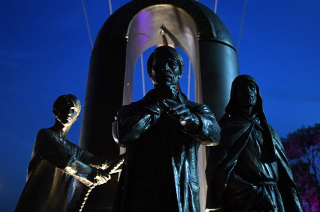 Памятник Андрею Тарковскому и его фильму «Андрей Рублев» на территории Главного туристского комплекса «Суздаль».