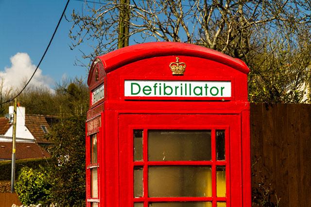 В Великобритании некоторые телефонные будки переоборудовали в пункты экстренной медпомощи, установив дефибрилляторы/