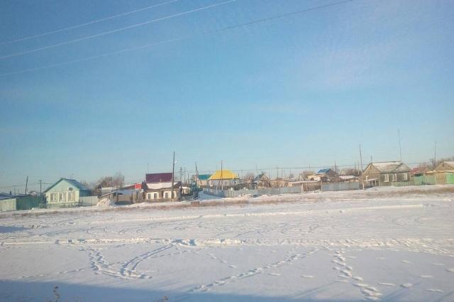 Дома почти сливаются с белизной снега.