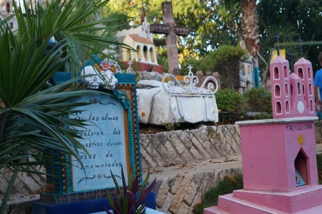 Надгробия делают в виде соборов или кроватей.