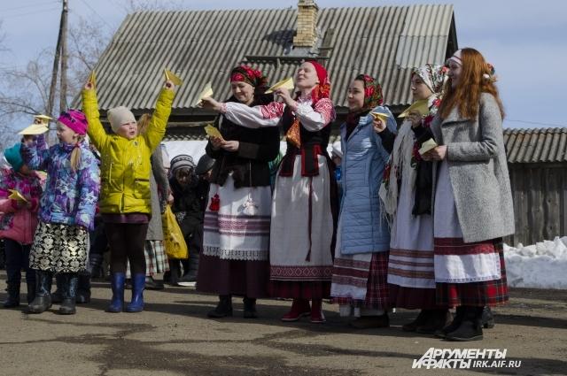 Национальные костюмы участники шьют себе сами.