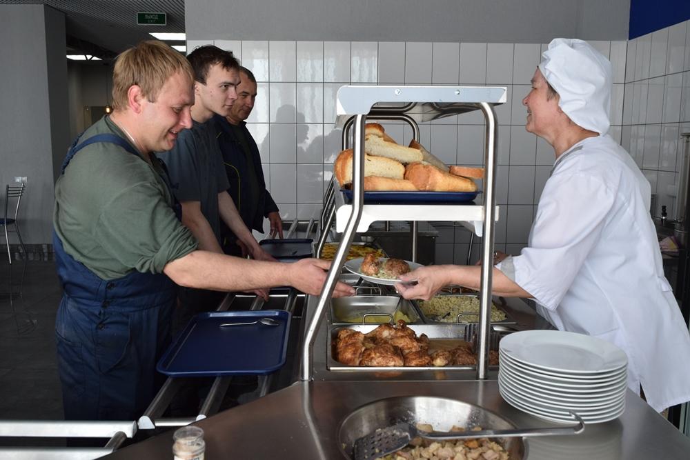 В обновлённой столовой работники предприятия могут не просто вкусно поесть, но и, так сказать, отдохнуть душой во время перерыва. Обстановка и интерьер к этому располагают.