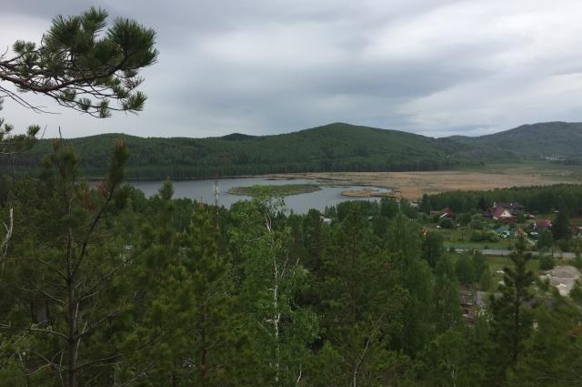 В начале 80-х годов была построена плотина и затоплена долина болота Долгого, водоем предназначался для хоздеятельности Кыштымского ГОКа.