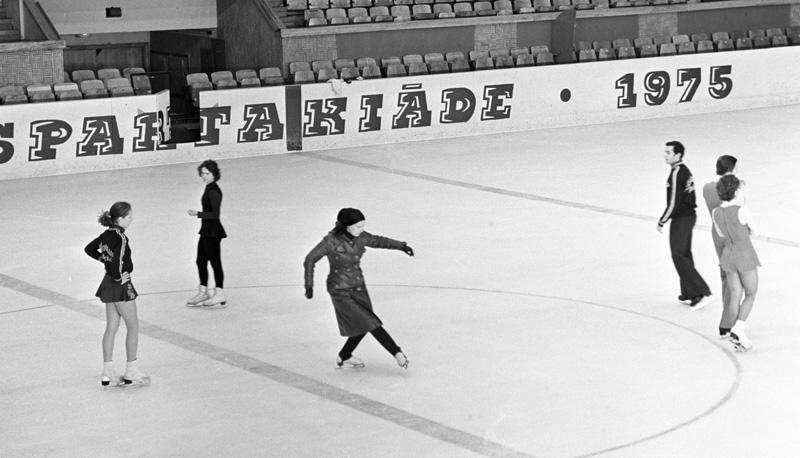 Елена Чайковская (в центре) показывает движения фигуристам на тренировке.