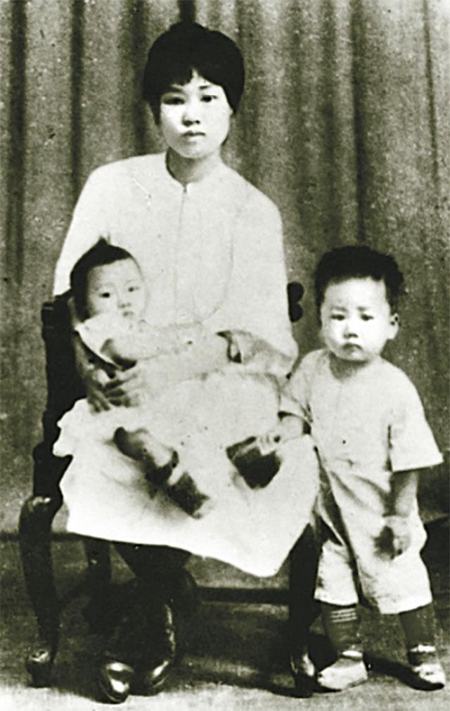 Ян Кайхуэй с детьми.