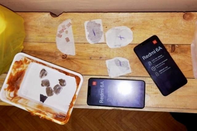 Под двойным дном обнаружены два телефона, сим-карты и пакетики с гашишем.