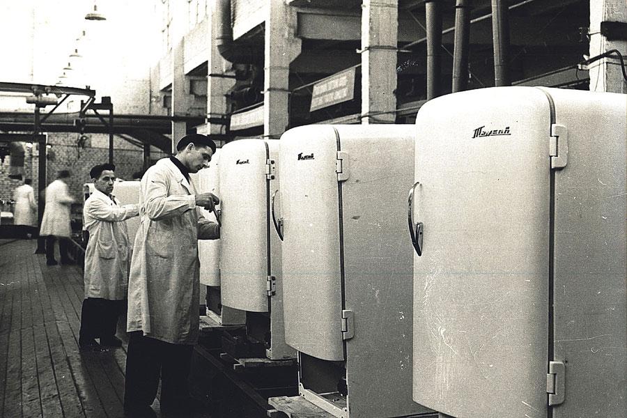 Сборка холодильников «Тамбов» – первых массовых холодильников производства Советского Союза.