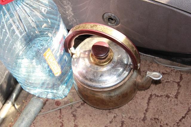 В кабине дальнобойщика на видном месте питьевая вода и чайник.