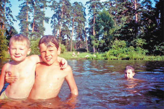 «Мы купались вБездонке– озере Бездонном– допосинения». Макар слева.