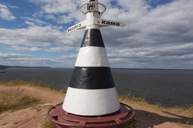 Обычно говорят, что Кама впадает в Волгу. Но с географической точки зрения Кама полноводнее, поэтому Волга должна впадать в Каму. Может быть, спор двух рек именно об этом?