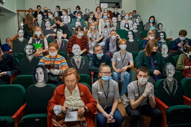 Ещё одна особенность – рассадка зрителей и соблюдение санитарных норм. Даже на пресс-конференции, которая прошла в первый день фестиваля, в зале вместе с журналистами сидели картонные зрители.