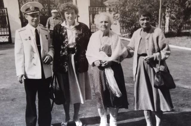 Дмитрий Белов с супругой и родственниками.