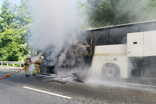 Автобус тушили 25 спасателей.