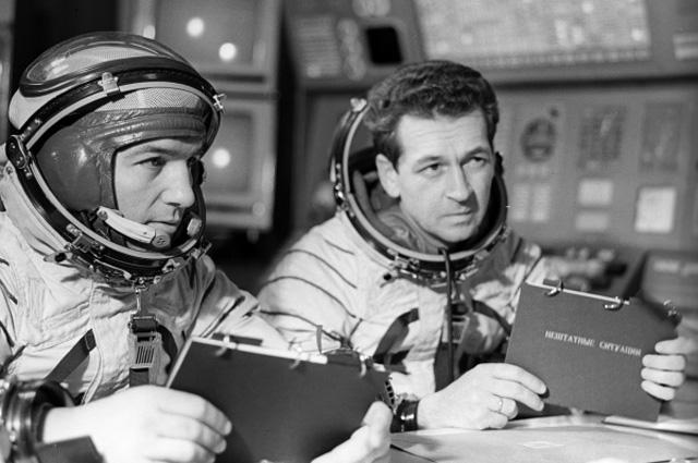 Лётчики-космонавты СССР Пётр Климук и Виталий Севастьянов (слева направо) командир и бортинженер космического корабля Союз-18 перед тренировкой в корабле-тренажёре