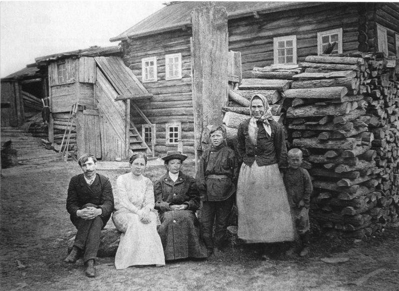 А. Грин с первой женой Верой Абрамовой (вторая слева) в ссылке (деревня Великий Бор под Пинегой, 1911 г.)