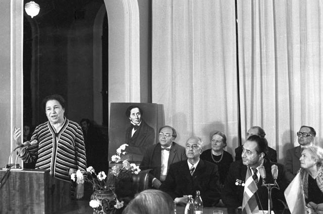 Писательница Агния Барто выступает на вечере, посвященном 170-летию со дня рождения Ганса Христиана Андерсена. 1975 год.