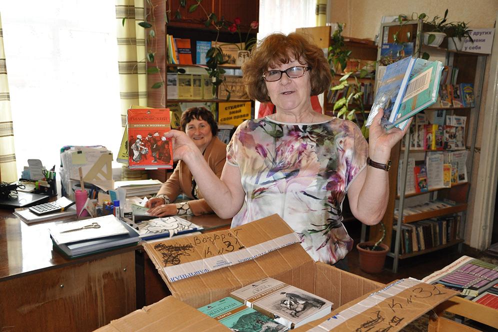 Коллектив Климовской библиотеки (директор Татьяна Полетаева крайняя слева)  принимает книги.