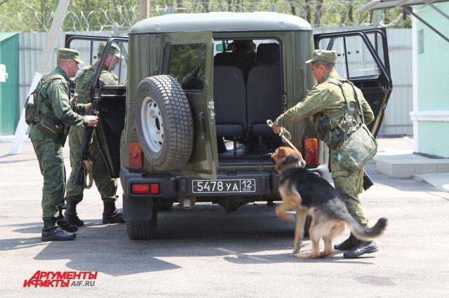 Команда «В ружье!», пограничники выезжают к месту поиска нарушителя.