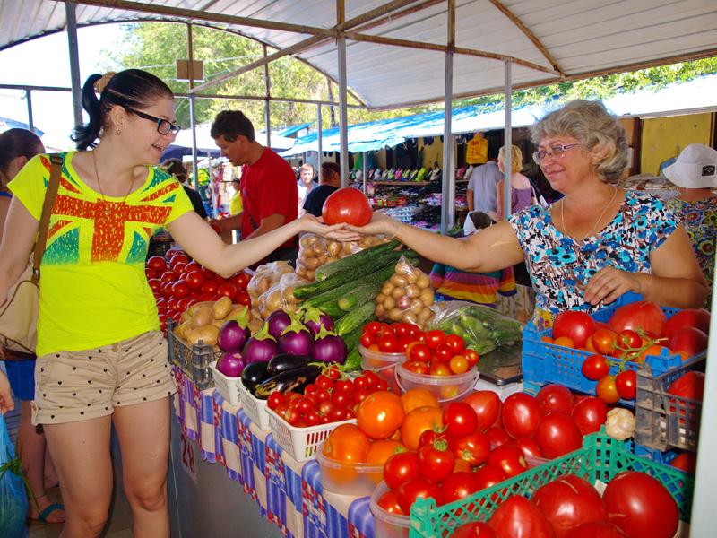 Многие пенсионеры-дачники приторговывают овощами со своего огорода.