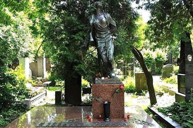 Памятник Зое Космодемьянской на Новодевичьем кладбище.