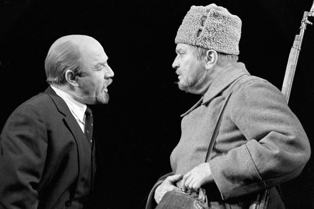 Михаил Ульянов в роли В. И. Ленина в спектакле по пьесе Николая Погодина