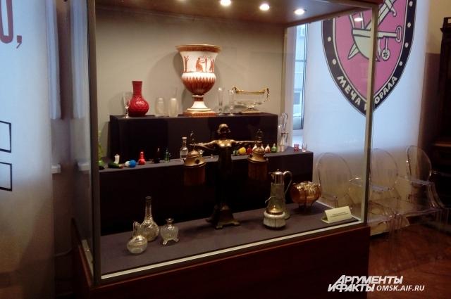 В экспозицию включили редакие предметы.