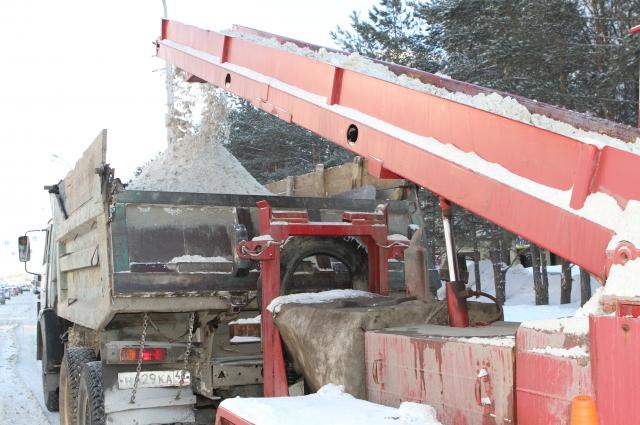 Работы по уборке снега ведутся круглосуточно.