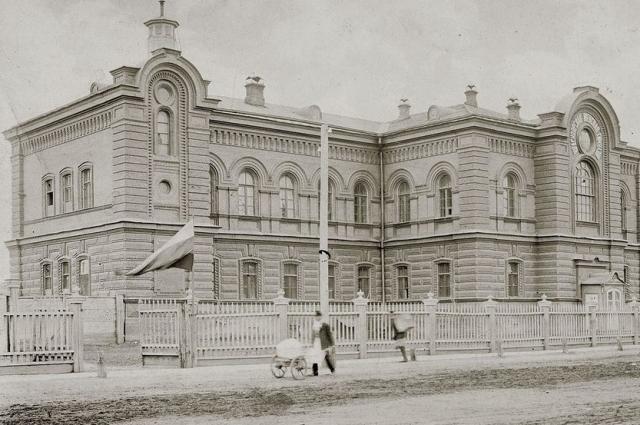 В здании женской гимназии сегодня располагается факультет начальных классов КГПУ.
