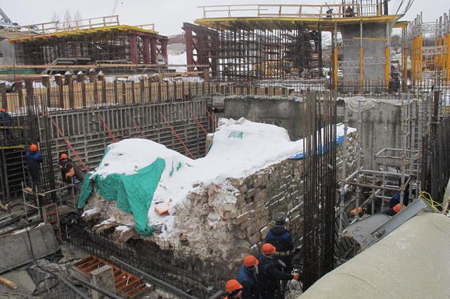 Процесс строительства подземного подземного пространства вокруг фрагмента стены Китай-города. Фото 2017 г.