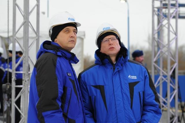 Бурков и Белявский осматривают территорию, на которой скоро построят очистной комплекс.