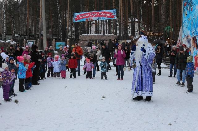 Поздравить новогоднего волшебника с праздником пришли десятки малышей и их родителей.