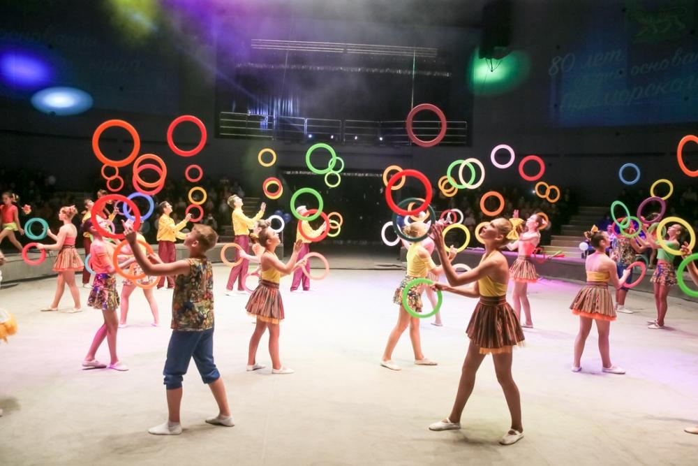 Дети-жонглёры создали цветной кольцеворот.