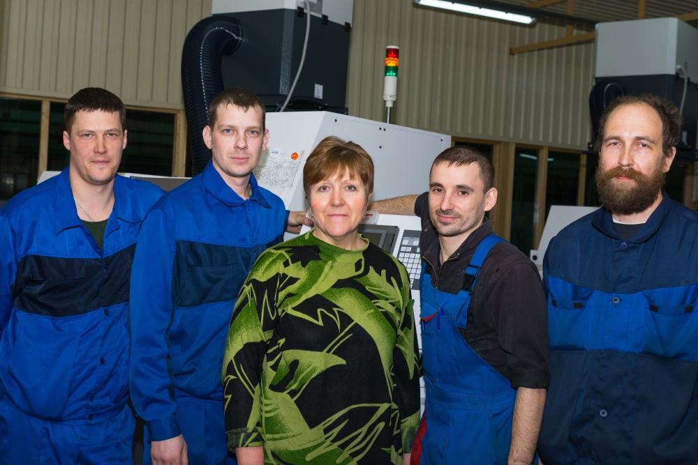 На заводе сохранены традиции наставничества, опытные сотрудники передают свои знания молодёжи.