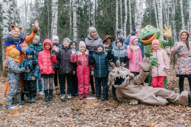 На полянке в лесу всех гостей ждёт великолепная детская площадка.