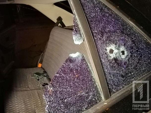 Несколько человек и расстреляли автомобиль такси.