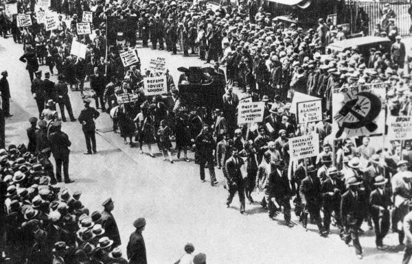 Первомайская демонстрация на улицах Нью-Йорка. 1930 год