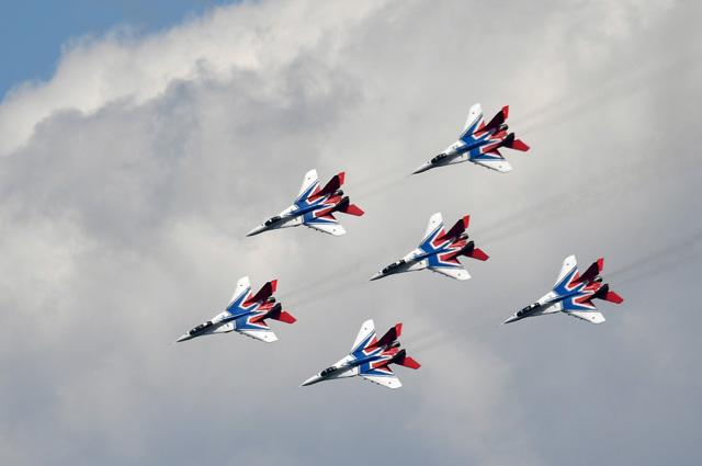Выступление авиационной группы высшего пилотажа «Стрижи» наVМеждународном военно-техническом форуме «Армия-2019».