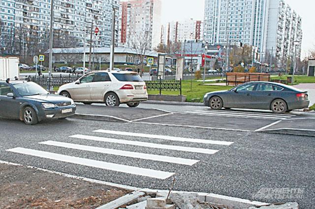 У площади Защитников Неба идут подготовительные работы к укладке пешеходного перехода.