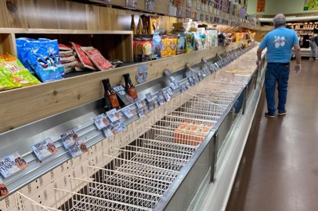 В первую неделю в штатах в магазинах скупали все.