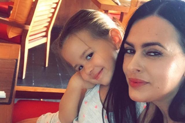 Виорика вместе с дочкой.