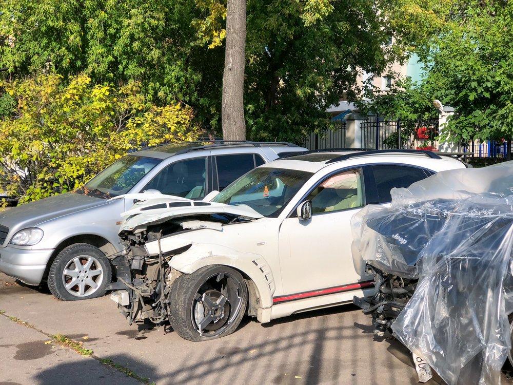 Поврежденный автомобиль певца Эльмина Гулиева, сбивший трех человек в центре Москвы.