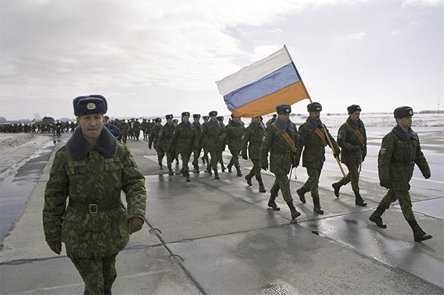 Отправка в Сараево российского батальона в составе миротворческих сил ООН. Слева - заместитель командира батальона полковник Валентин Прокопенко. 1994 год.