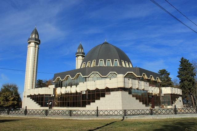 Витражи мечети играют на свету.