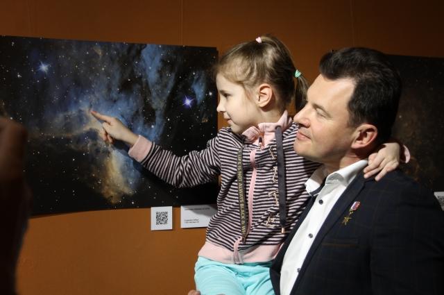 На руках у космонавта.