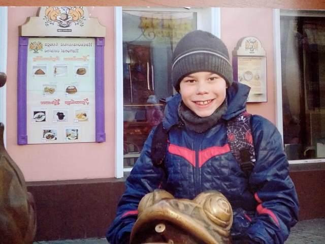 В школу Алмаз пошел уже без родителей.