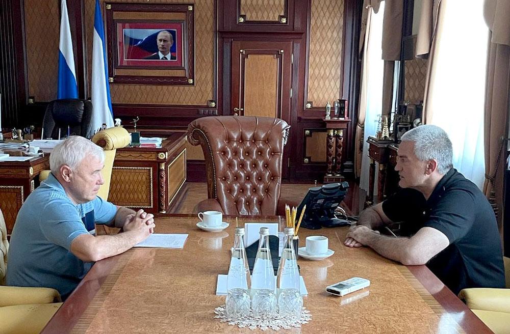 Анатолий Аксаков лично передал главе Республики Крым Сергею Аксенову вопросы евпаторийцев, требующие решения на региональном уровне.