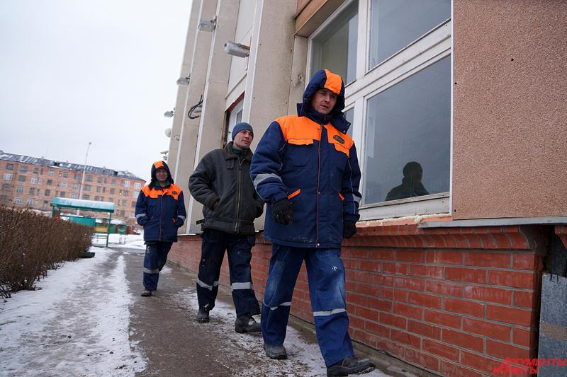 Рабочие в спецодежде и касках перебегают из корпуса в корпус, в уличных курилках не протолкнуться