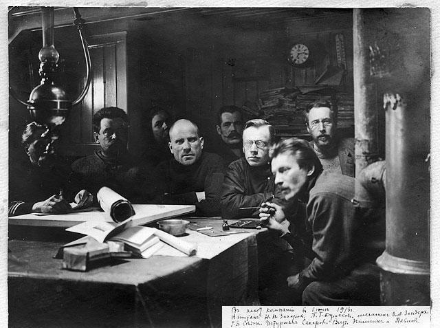 """В кают-компании """"Михаила Суворина"""" (""""Святого Фоки""""). Справа налево: Н. В. Пинегин, М. А. Павлов, В. Ю. Визе, Н. М. Сахаров, Г. Я. Седов, М. А. Зандер, П. Г. Кушаков."""