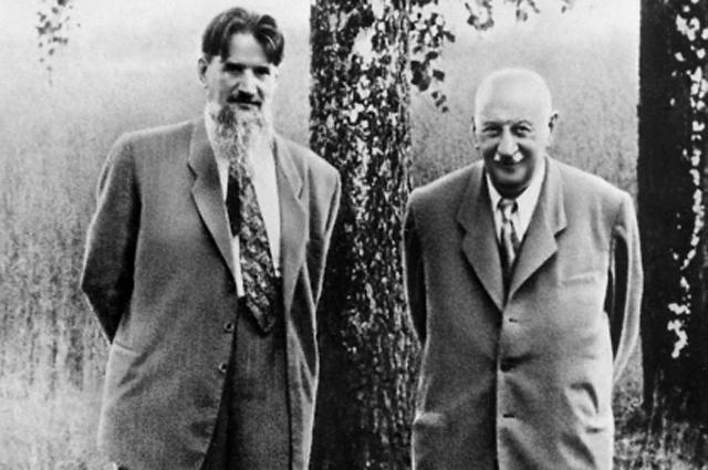 Ученые-физики академики АН СССР Игорь Курчатов (слева) и Абрам Иоффе.